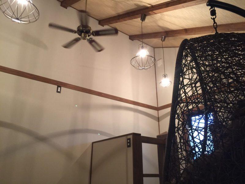 古民家風の建屋の二階にハンギングチェアを設置