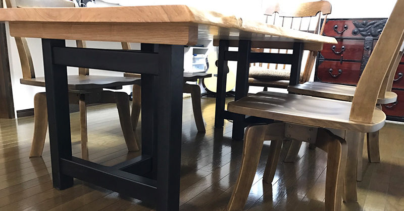 タモ材テーブルと回転チェア
