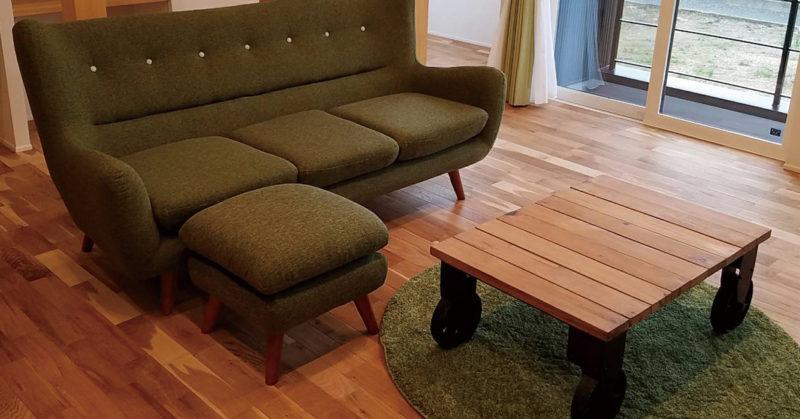 トロリーテーブルとファビオラソファ