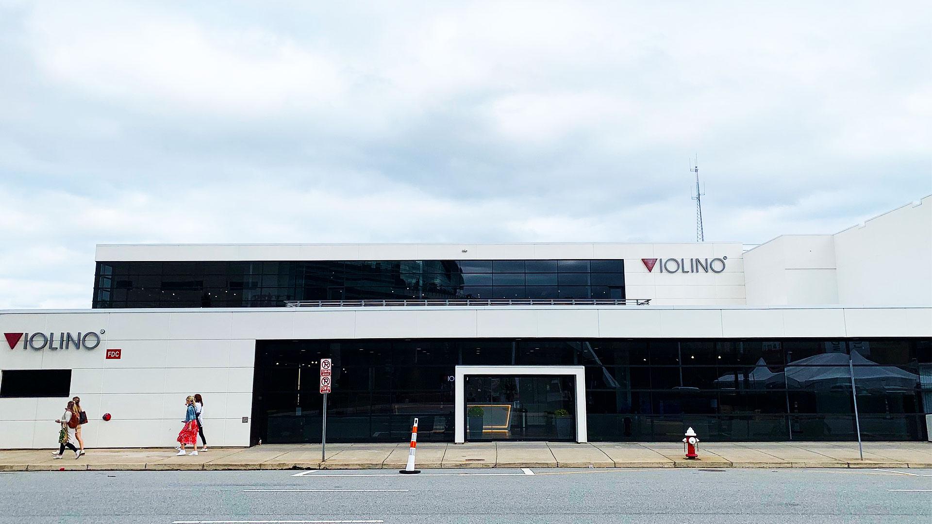 ヴァイオリ―ノのアメリカのハイポイント市にあるソファのショールームの外観の写真。ハイポイントマーケットの常設ショールーム。