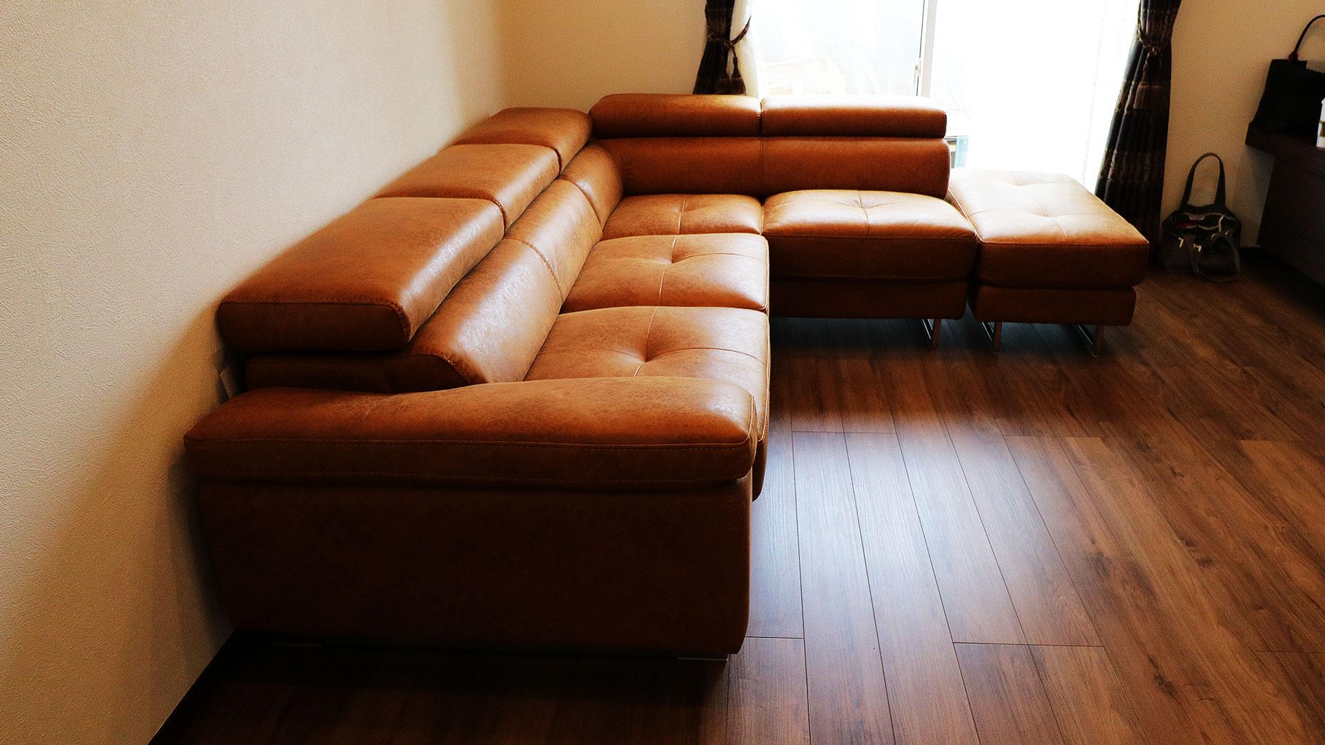 関家具のレザーテックスのコーナーソファロブストをお部屋に置いイメージ。写真は真横から撮りました。