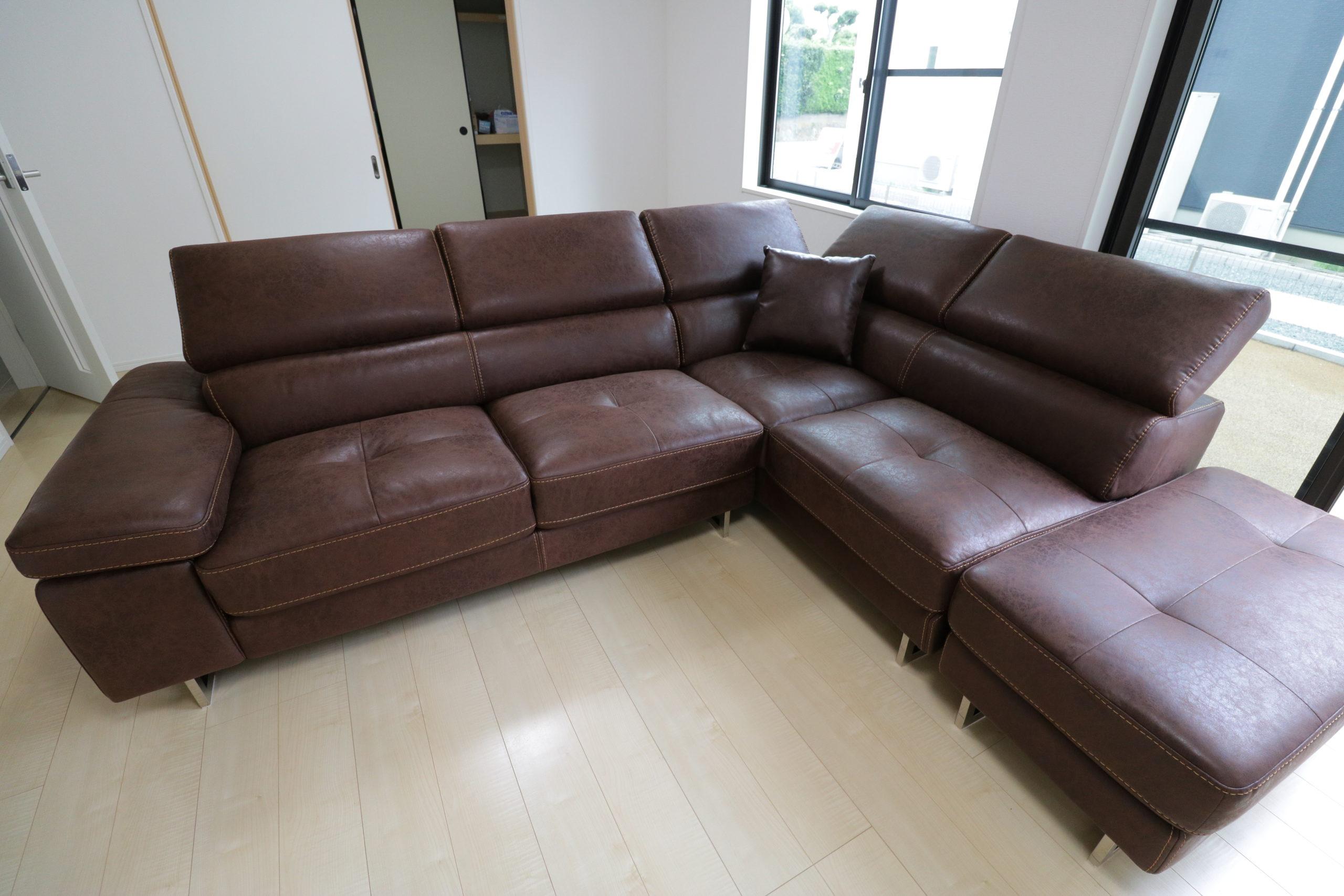 関家具のレザーテックスのコーナーソファ、ロブストのカカオ色。写真は正面からの写真です。