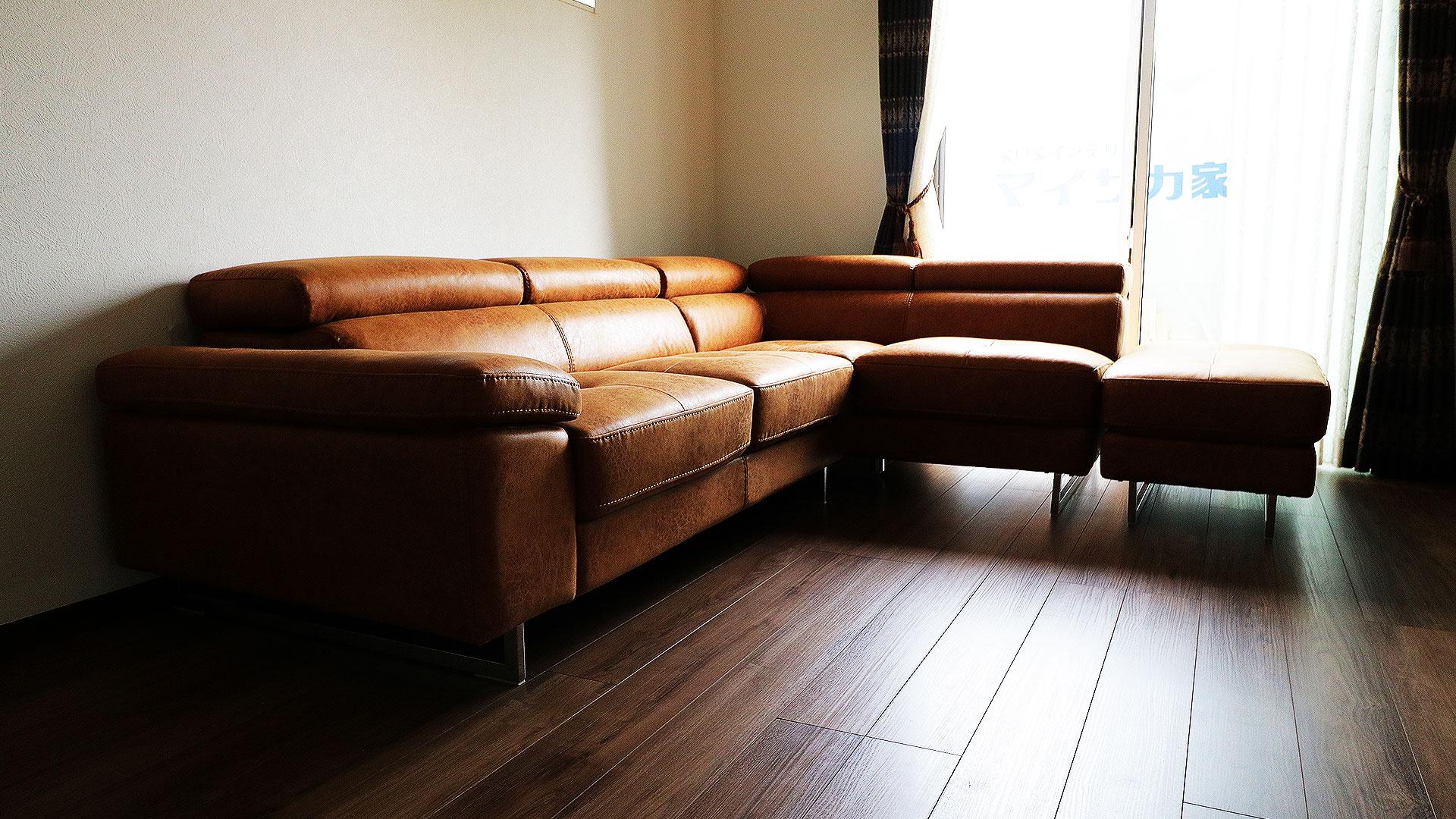 関家具のレザーテックスのコーナーソファロブストをお部屋に置いた設置後の写真