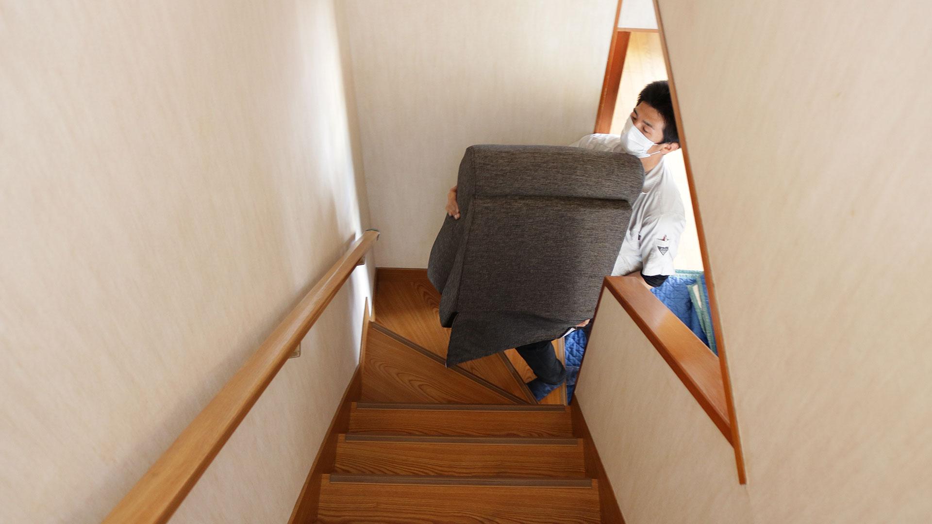 ソファを階段で搬入する写真
