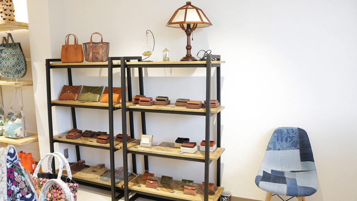 西海岸テイストのラックに革製品を展示する画像