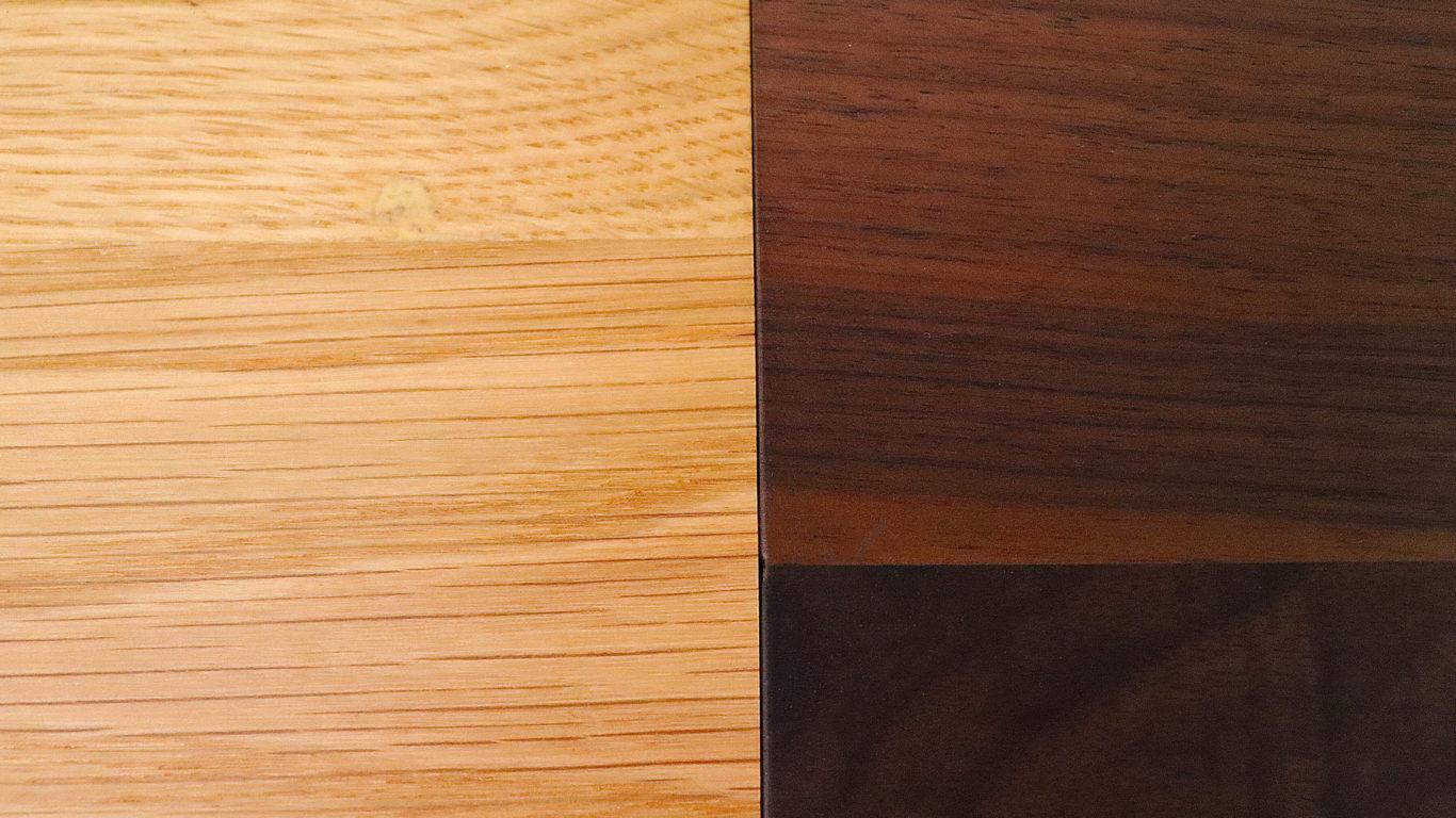 イエノワの横幅194cmの三人掛けソファ、ブラックパールのオーク材とウォールナット材の色の比較画像