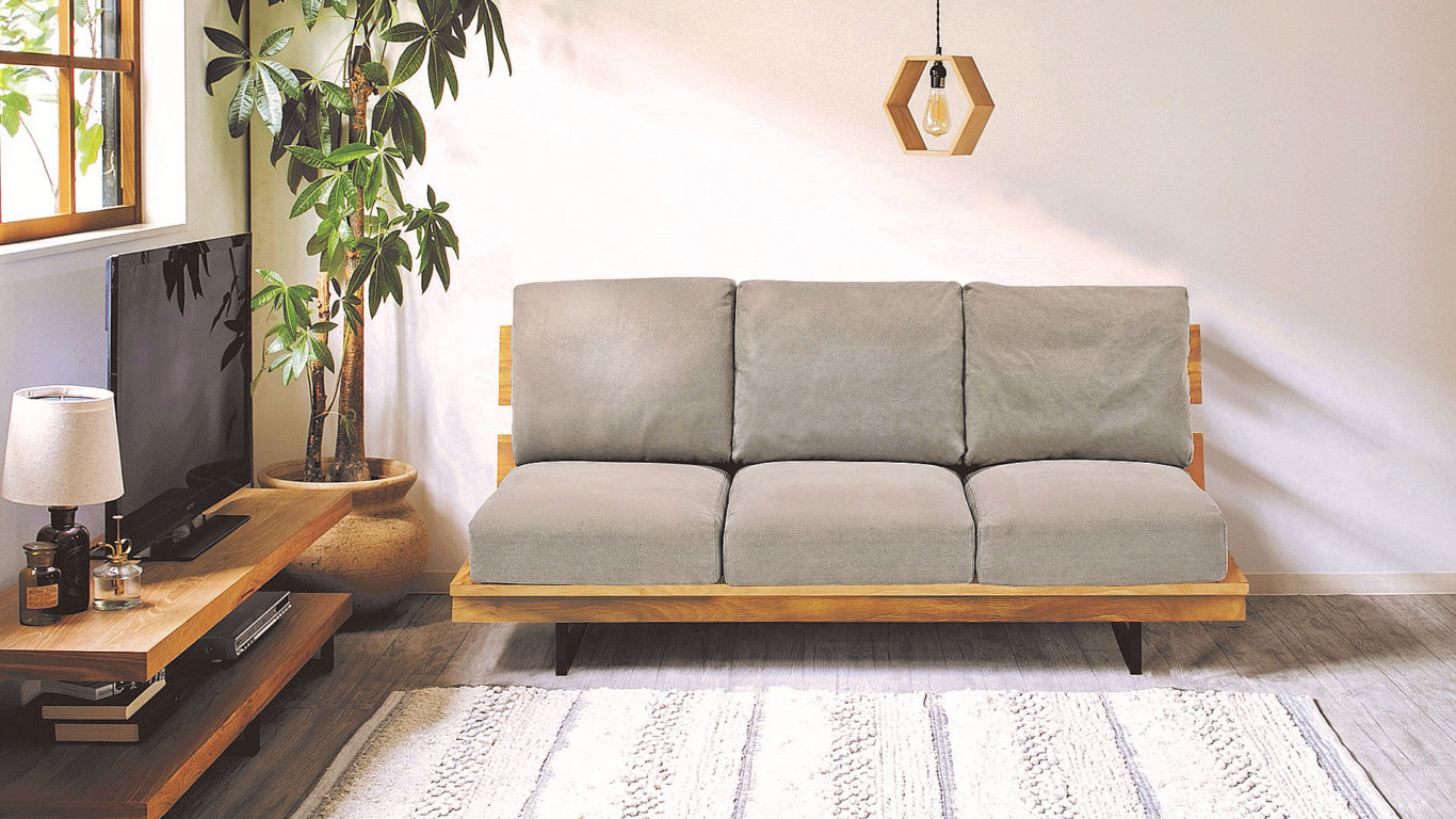 イエノワの横幅194cmの三人掛けソファ、ブラックパールのオーク材フレームとグレー色のクッションの室内イメージの正面からの画像