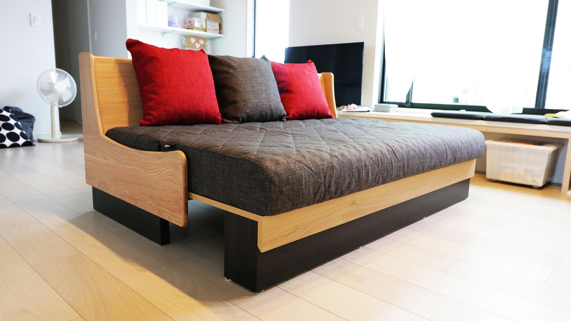 モーブルの横幅160㎝のドロシー。本体の色がNA色でクッションがダークグレーのソファ。座面を広げてベッドの状態にした時の斜め下からの写真