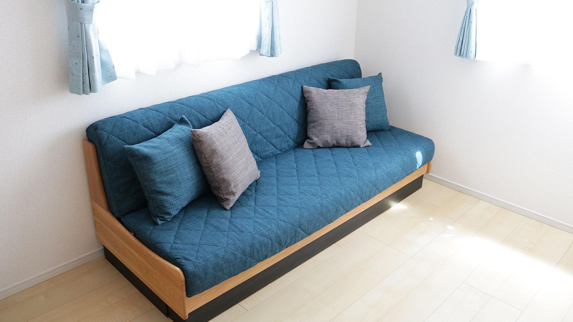 モーブルのごろ寝ソファードロシーブルー色