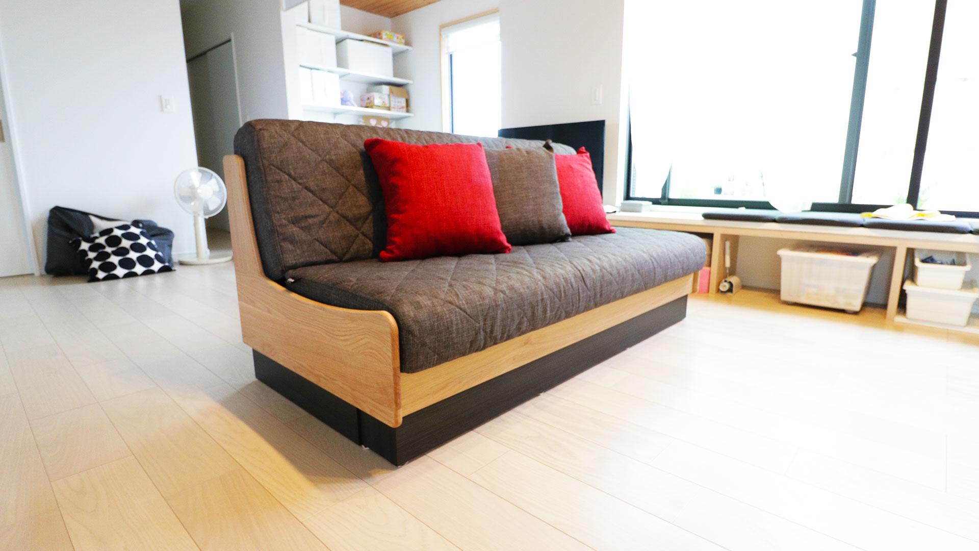モーブルの横幅160㎝のドロシー。本体の色がNA色でクッションがダークグレーのソファ。リビングの真ん中に設置した時の写真