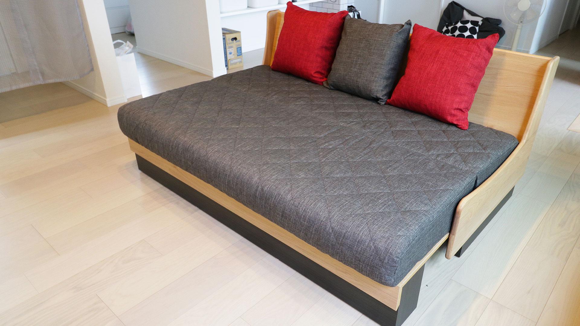 モーブルの横幅160㎝のドロシー。本体の色がNA色でクッションがダークグレーのソファ。座面を広げてベッドの状態にした時の写真