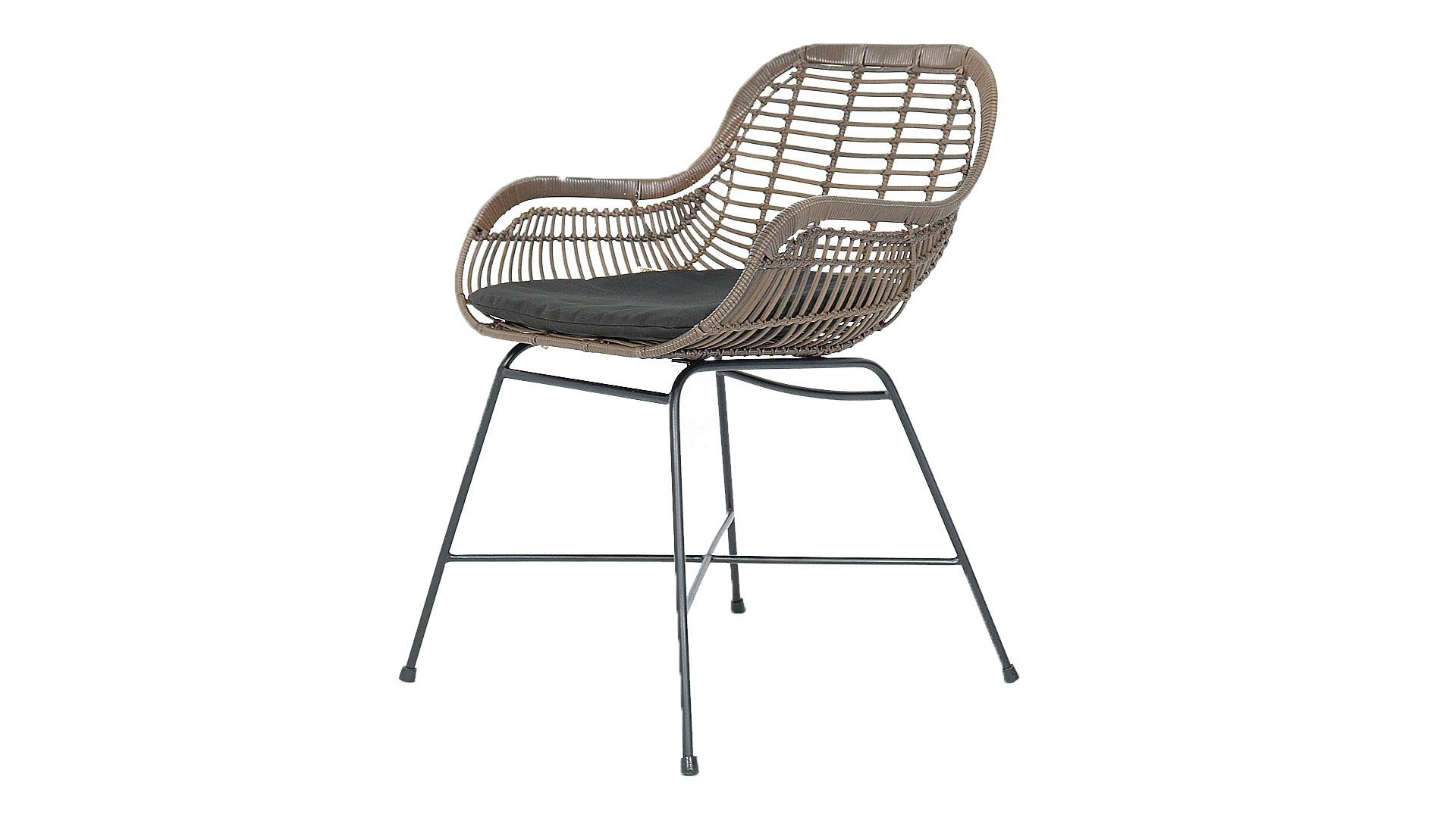 屋外用の椅子。アウトドアインテリアのガーデンファニチャーの斜めの画像
