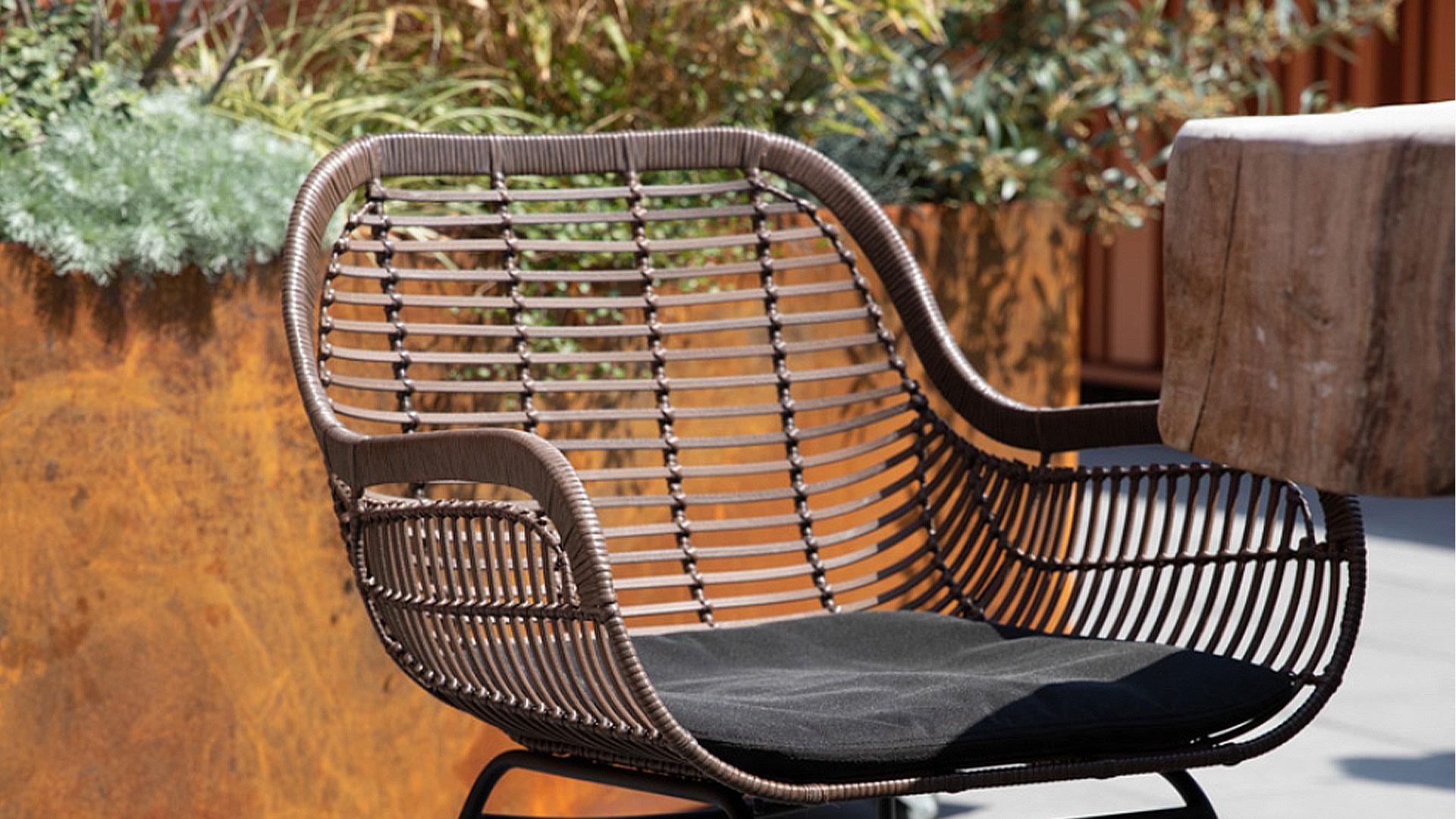 屋外用の椅子。アウトドアインテリアのガーデンファニチャーの屋外で使った時のイメージの画像