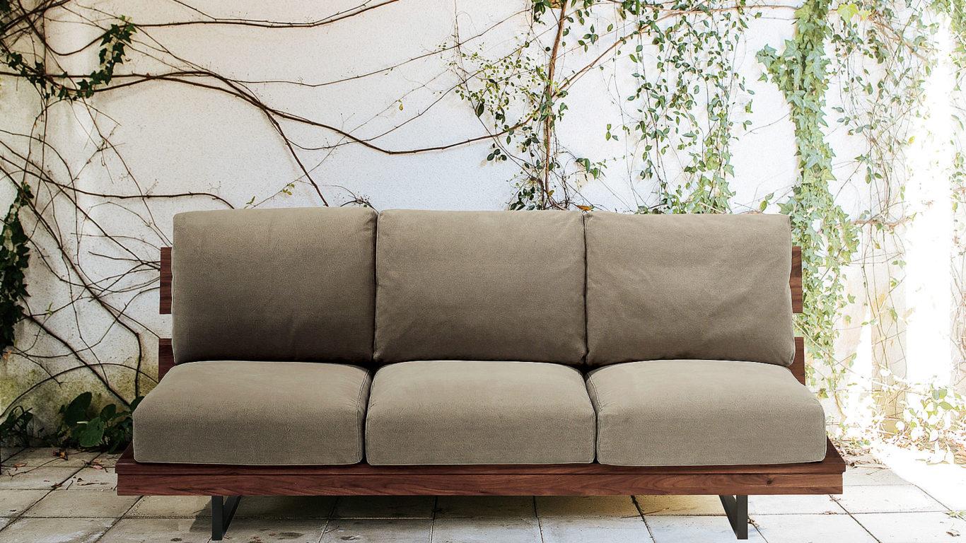 イエノワの横幅194cmの三人掛けソファ、ブラックパールのウォールナット材とグレーのクッションの室内イメージ画像