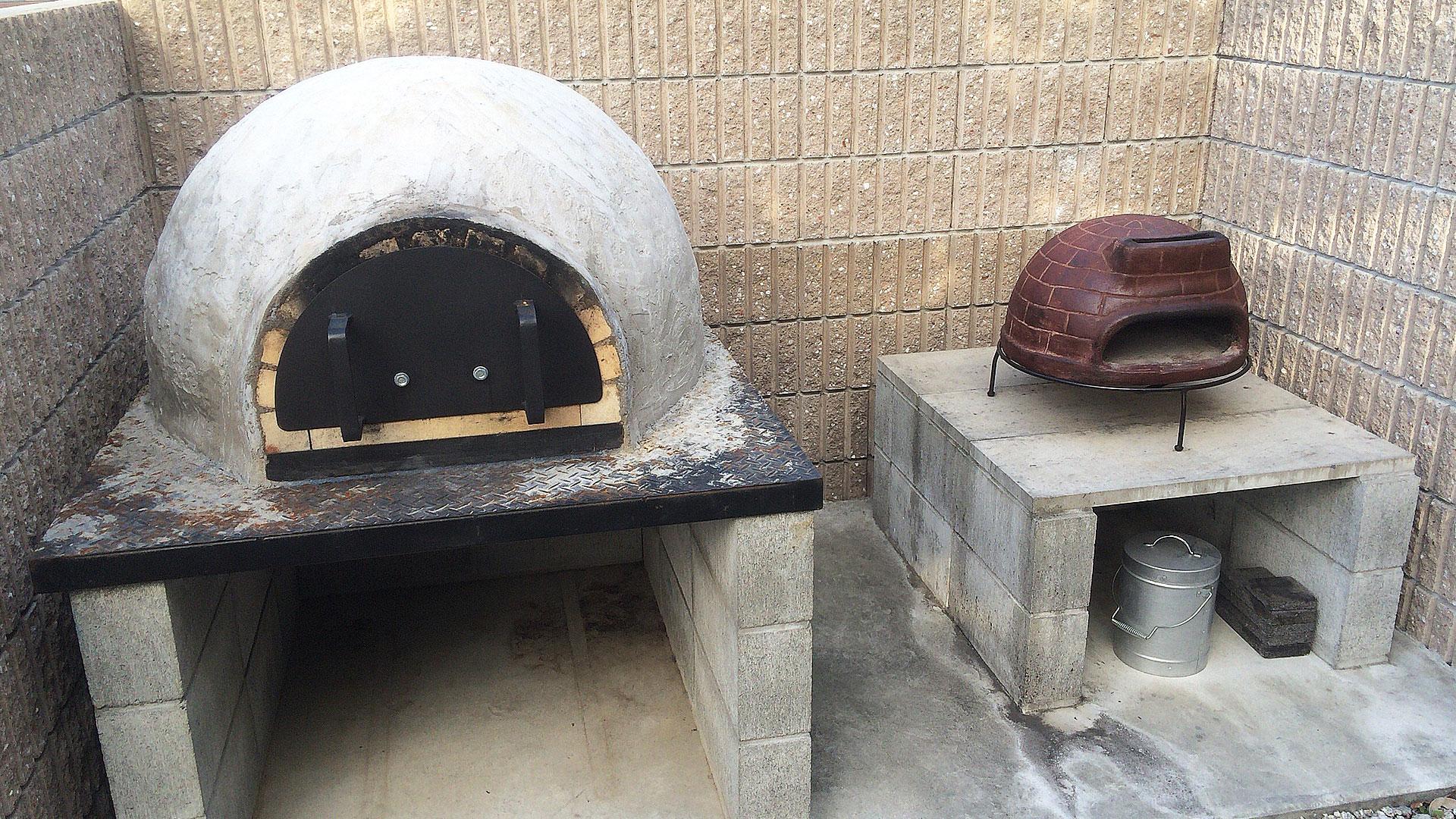 本格的なピザ窯とピザ窯チムニーの比較画像