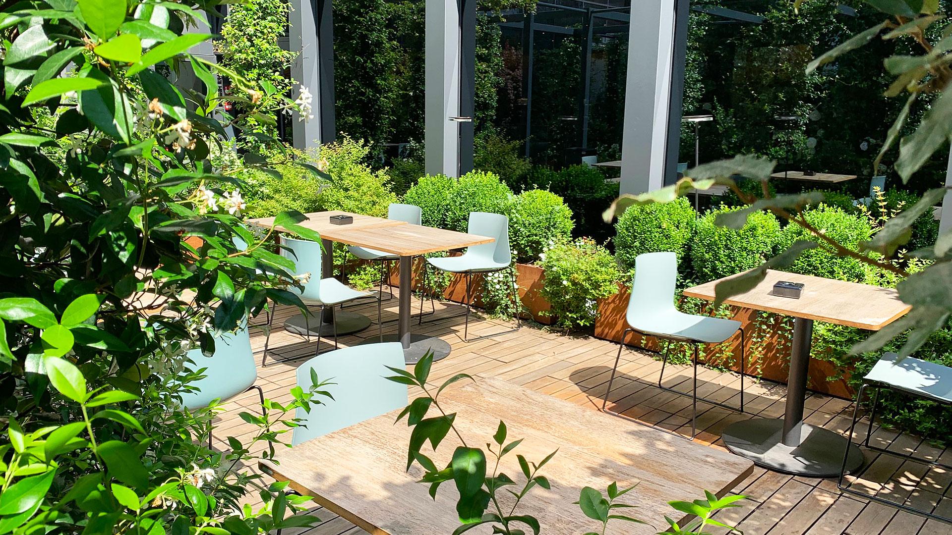 植物に囲まれたテラス席