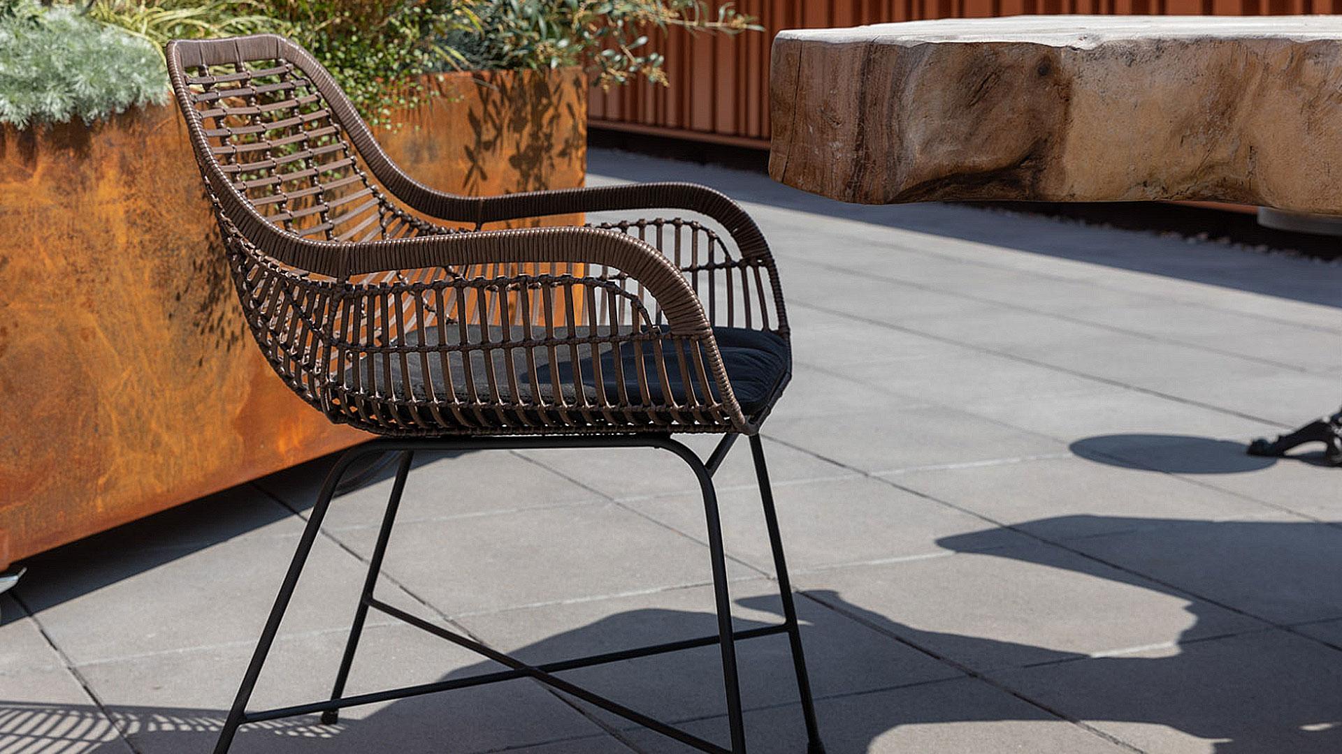 屋外用の椅子。アウトドアインテリアのガーデンファニチャーの屋外で使った時のイメージの全体の画像