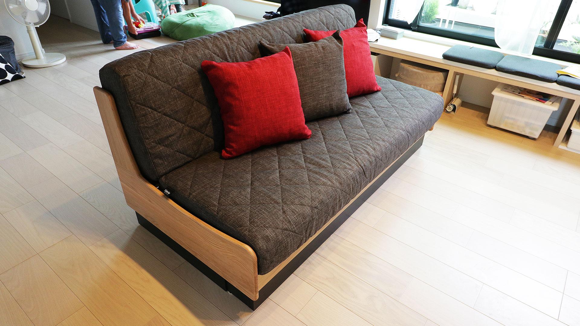 モーブルの横幅160㎝のドロシー。本体の色がNA色でクッションがダークグレーのソファ。斜め上からの写真