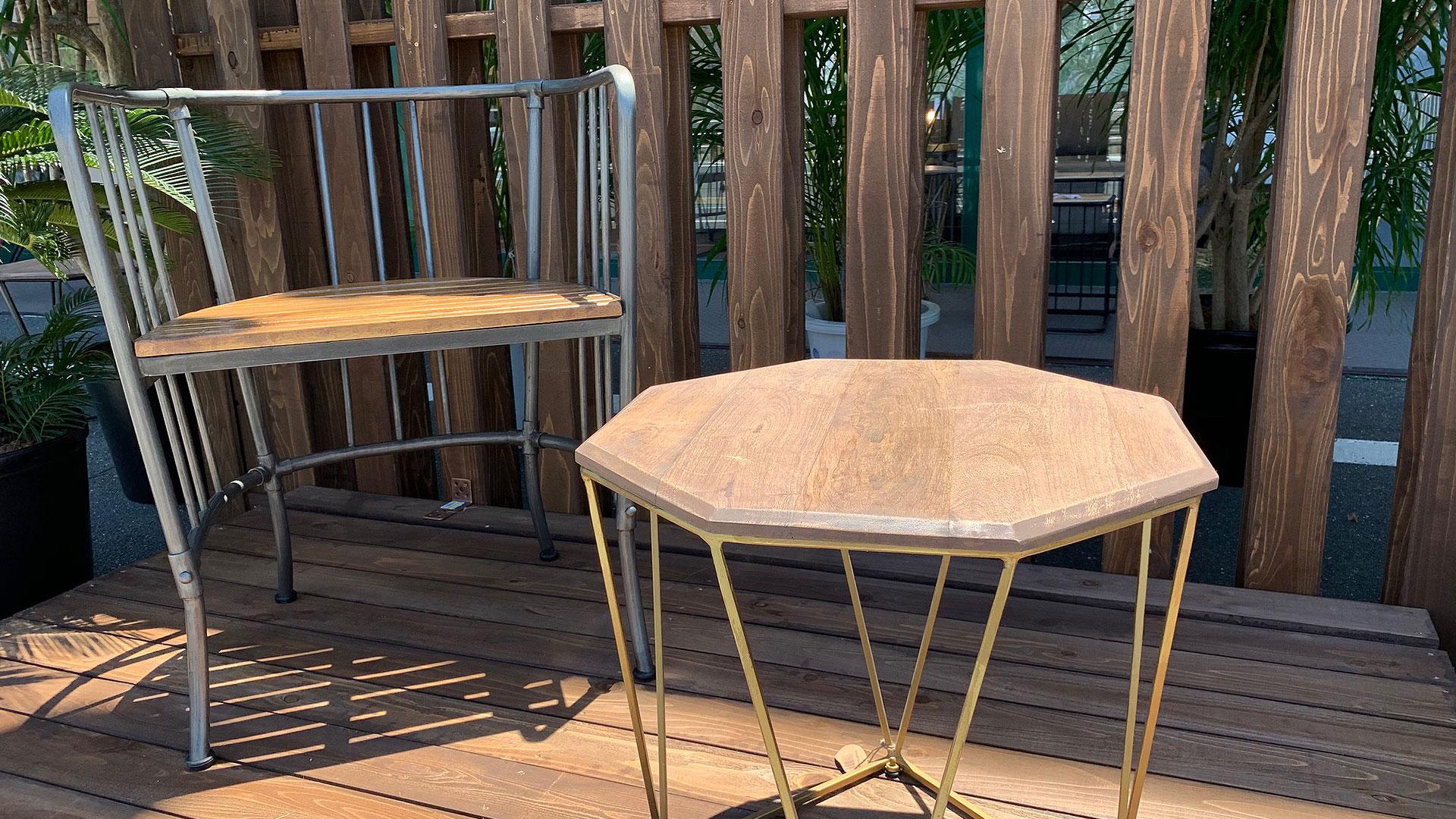 外用の家具。椅子とテーブル