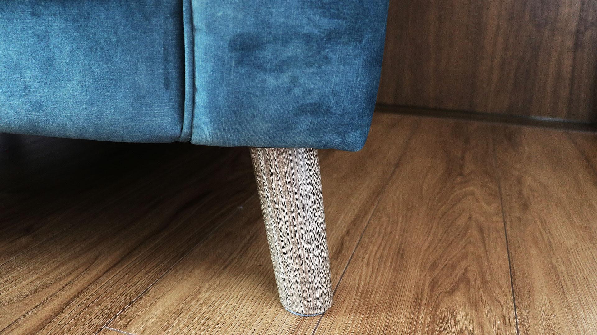 バイオリ―ノ社の欧米向けのオリジナルソファ。ベルベッド生地を使用した高級ソファ。フラヴィオの足下のアップ画像