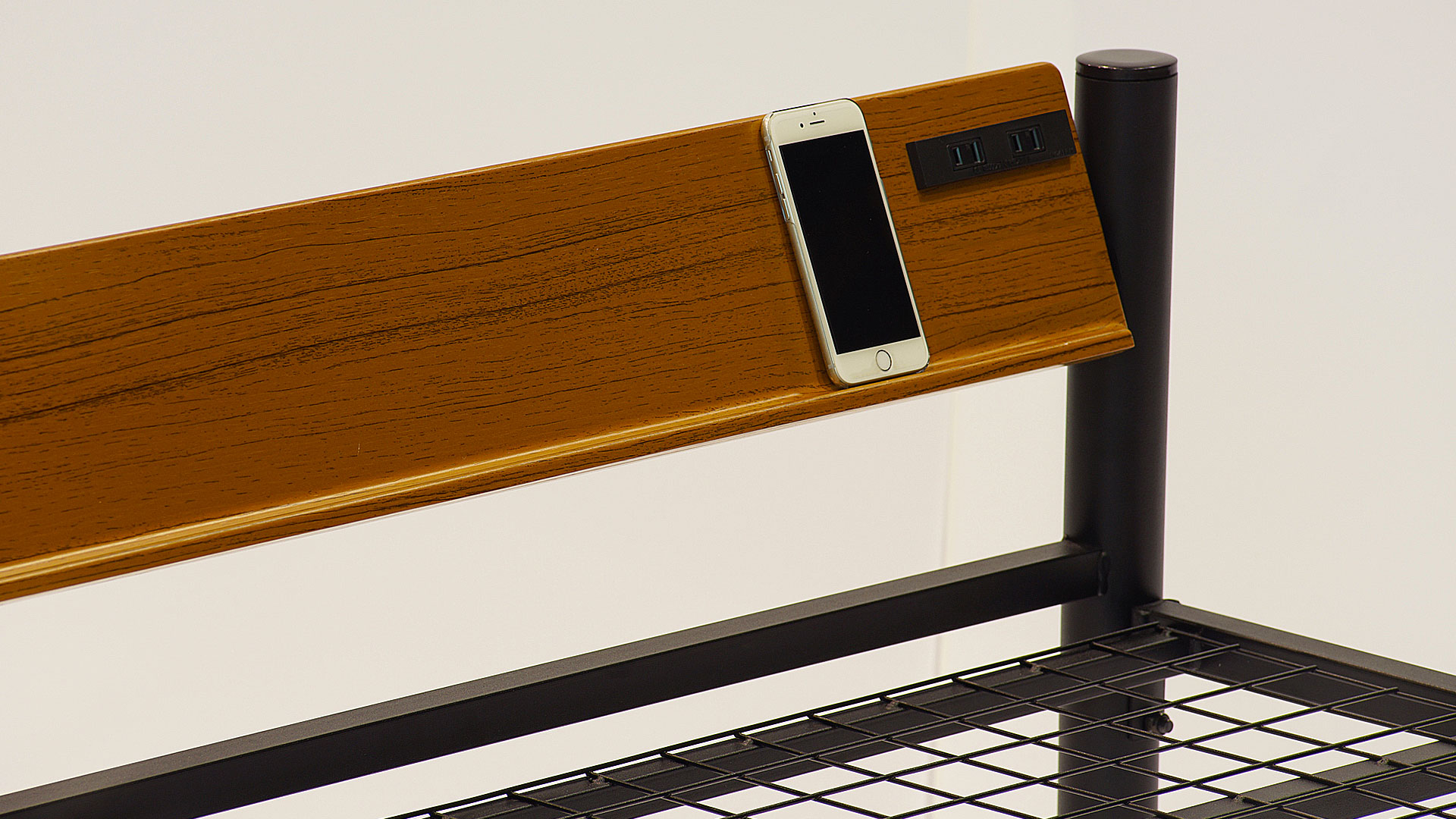 リビンズのパイプベッド「シェルタ」のヘッドボードの画像