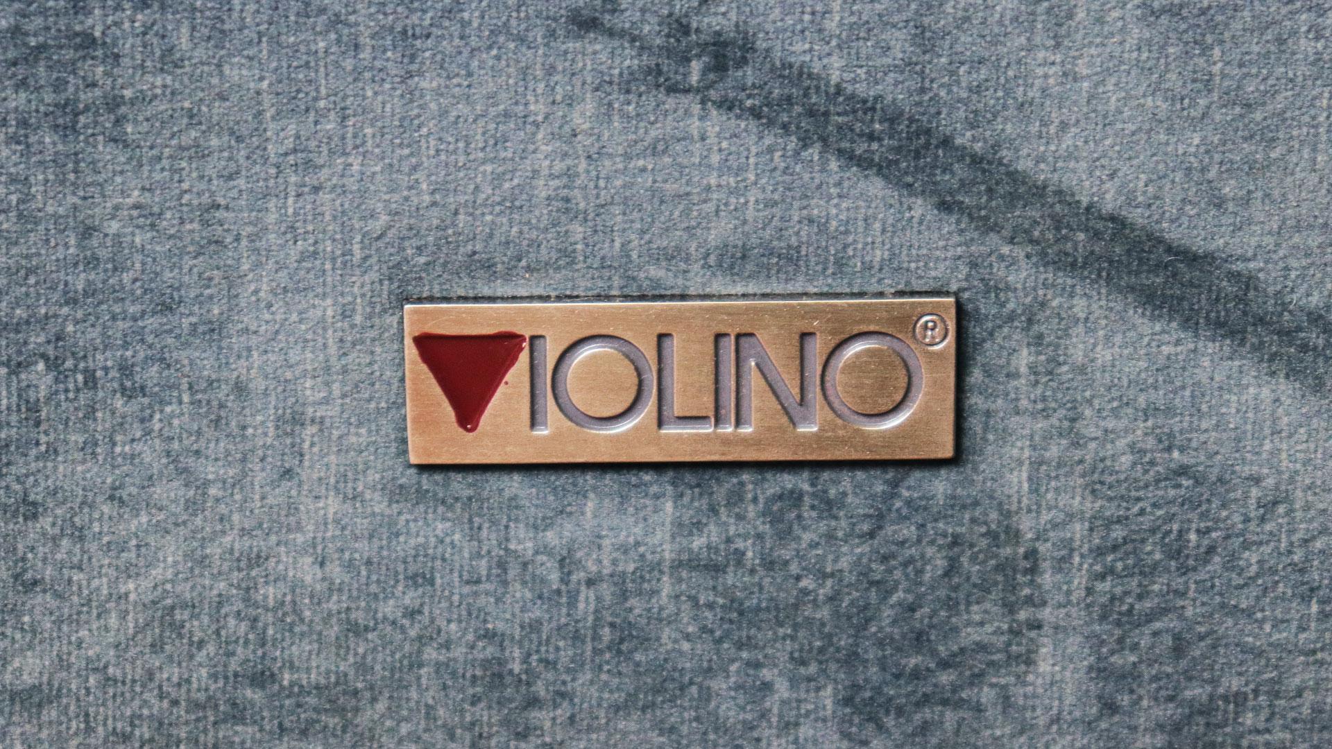 バイオリ―ノ社の欧米向けのオリジナルソファ。ベルベッド生地を使用した高級ソファ。フラヴィオのブランドロゴのアップ画像