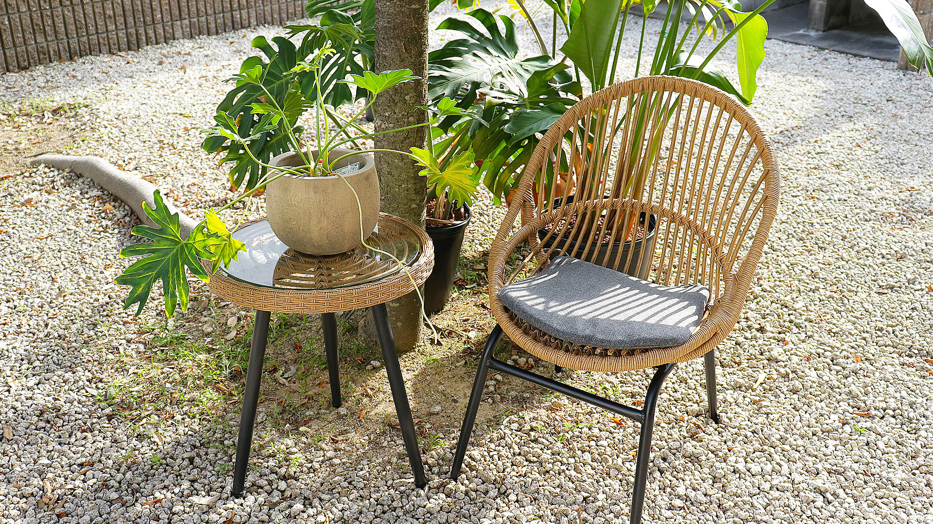 東馬のガーデンファニチャー。オーバルチェア、リゾネアの外用の椅子の庭に置いた時の上からの画像