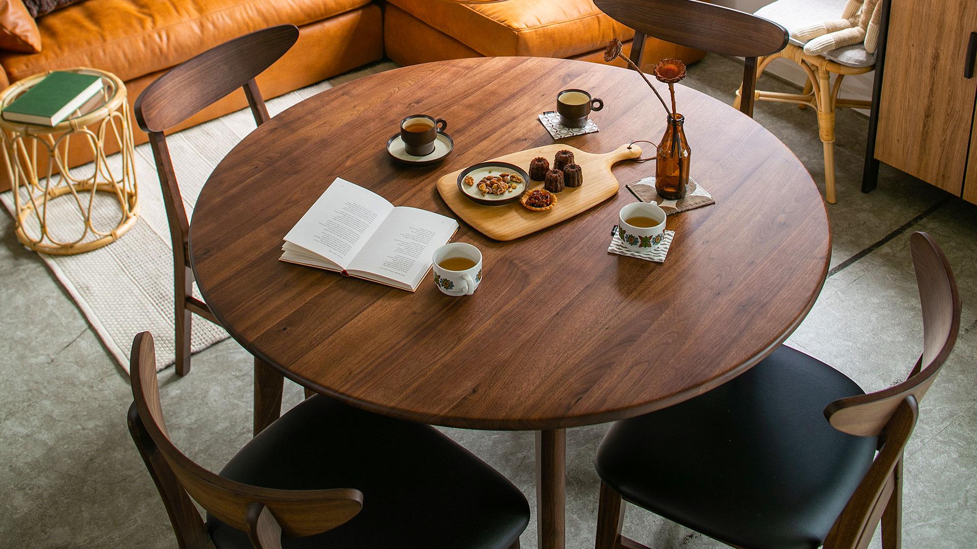 リビンズのダイニングテーブル「エマール」の円形テーブルの展示の画像