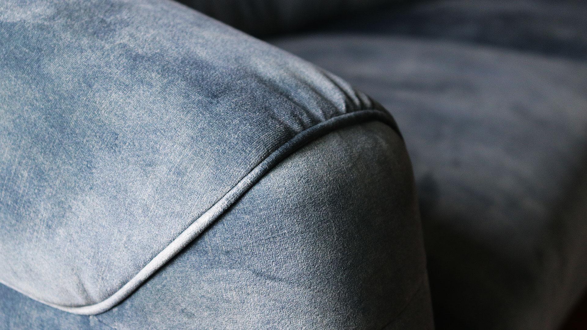 バイオリ―ノ社の欧米向けのオリジナルソファ。ベルベッド生地を使用した高級ソファ。フラヴィオの肘掛のアップ画像