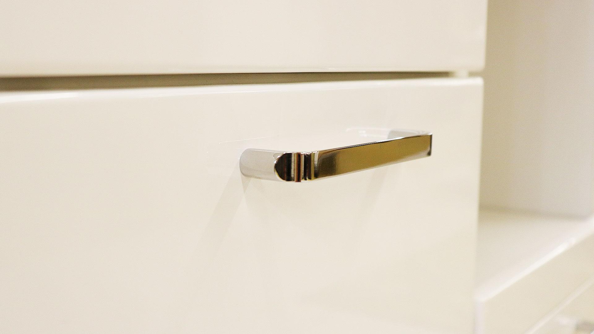 日本製の横幅90㎝のレンジ台食器棚トスティの表面と取っ手