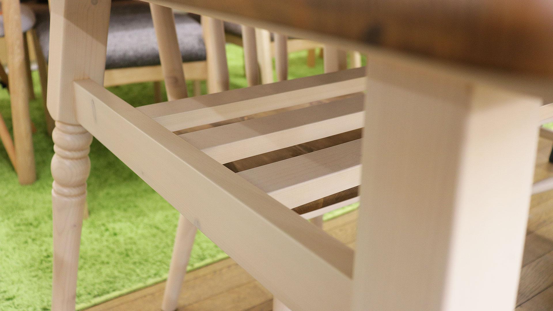 リビンズのダイニングテーブル、プリンのマガジンラックのアップ画像