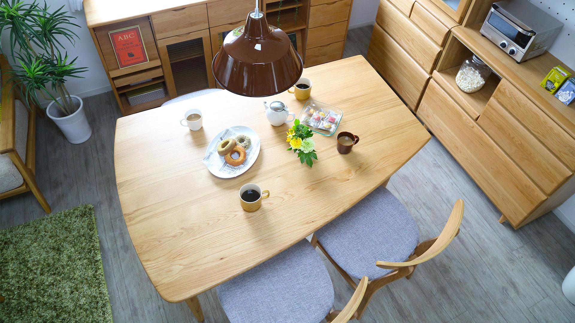 リビンズのダイニングセット「エマール」の変形テーブルの展示画像