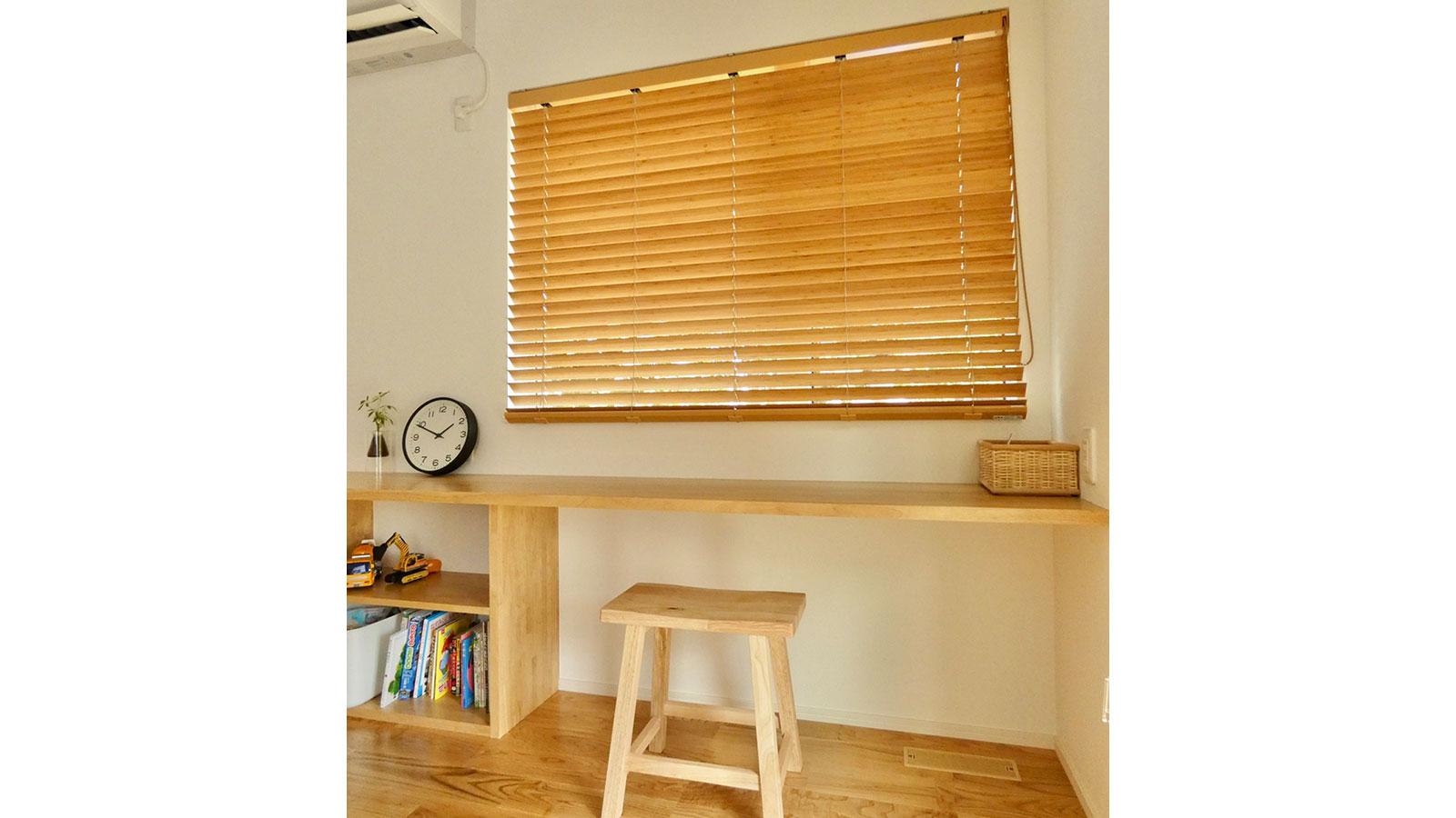 「ONE'S HOME」さんが手掛ける浜松市浜北区小松のY様宅の北欧ベースのナチュラルテイストなお家の内装の窓枠とマイサカ家具のナチュラルの椅子