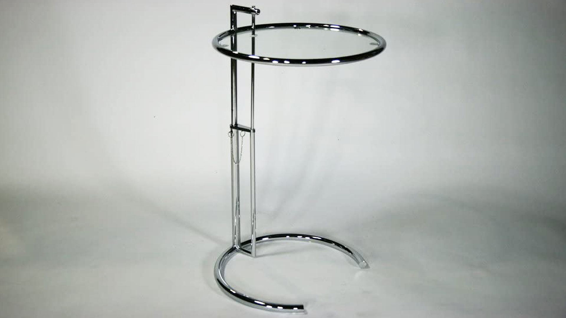 アイリーン・グレイのサイドテーブルを高くした時の画像