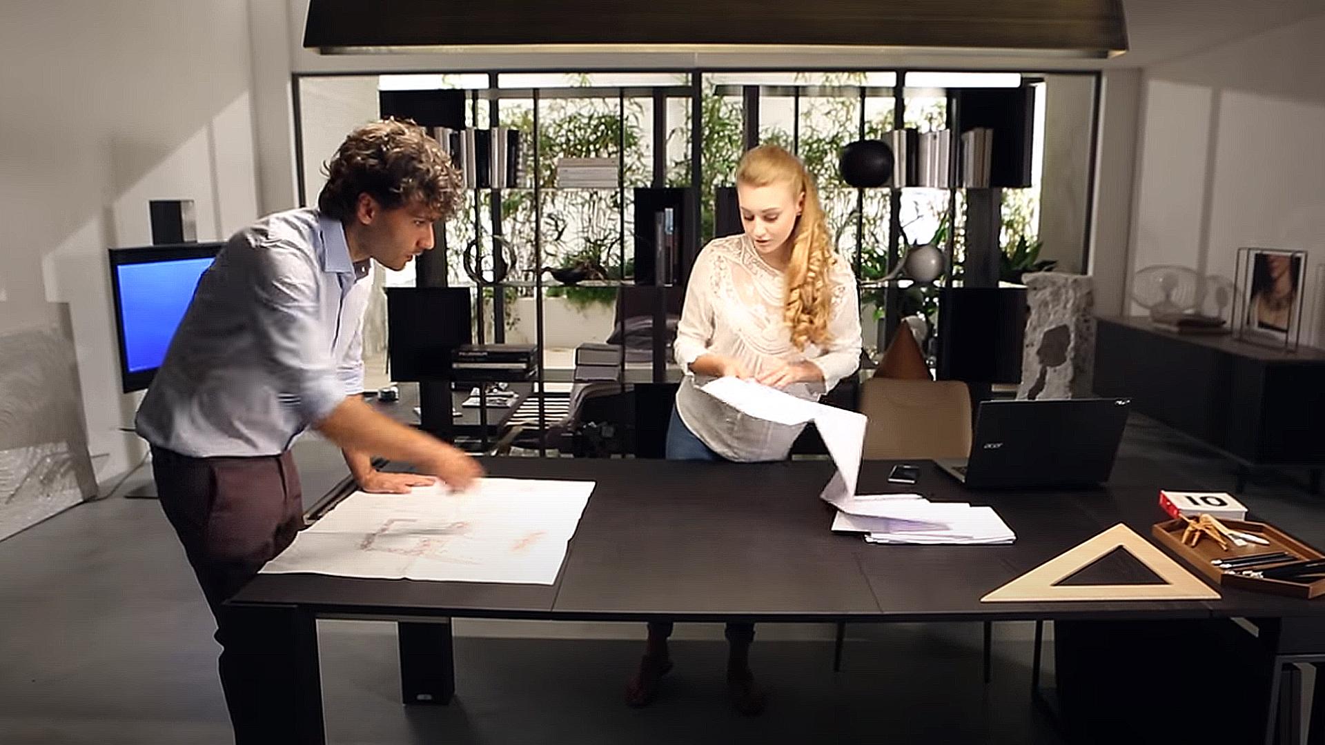 オフィスでエクステンションテーブルを使用して仕事の効率化を図る画像