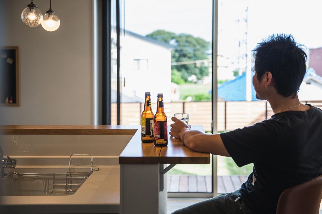 キッチン横の折りたたみテーブルはお酒を楽しむためのスペース