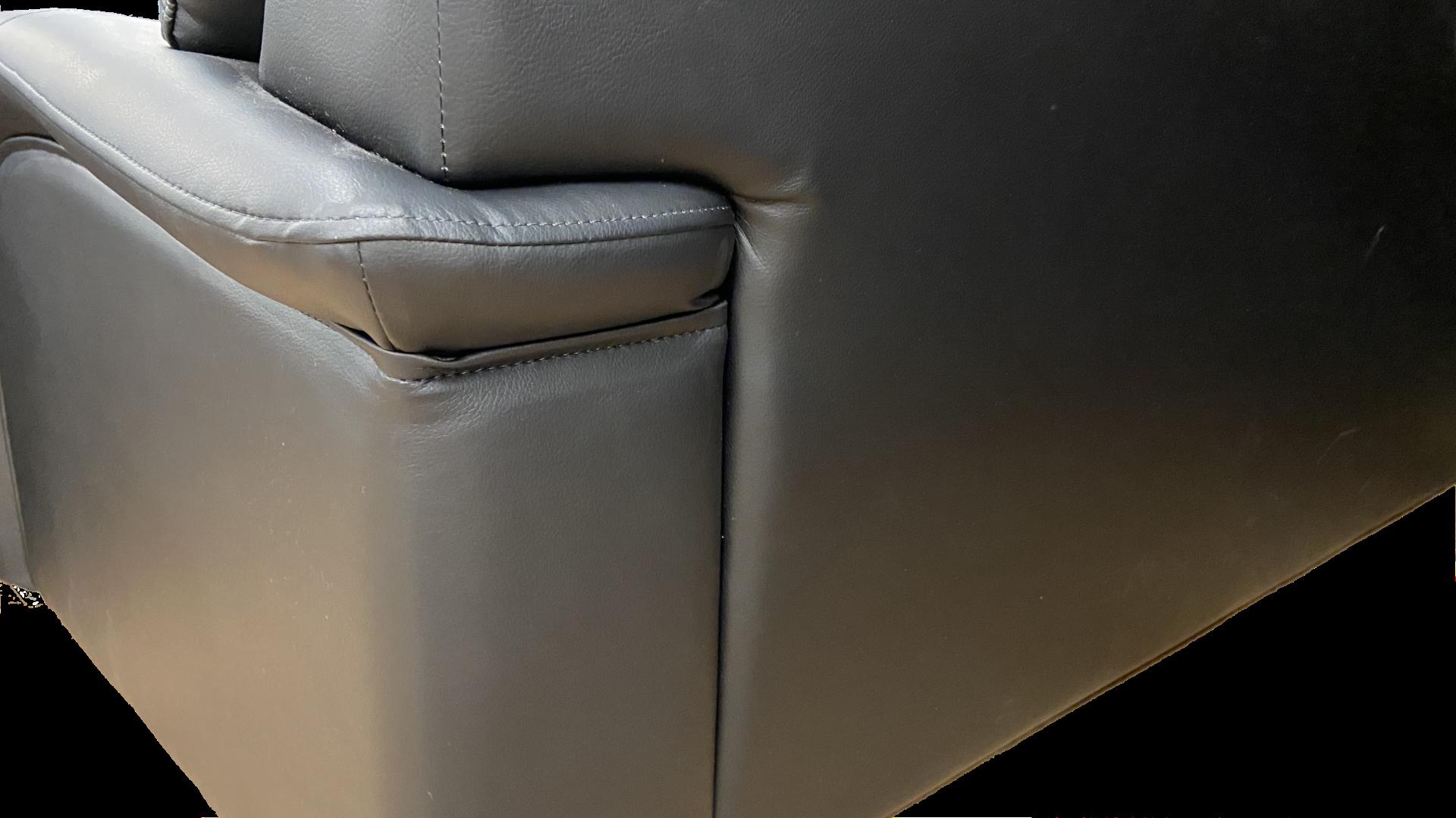 ふんわりとした座り心地、背中は便利なはめ込み式、強度あるソフトレザーを使用した国産のソファ