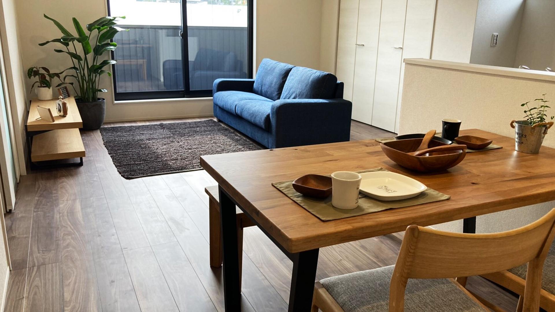 2階にあるリビングにソファとダイニングを設置した画像