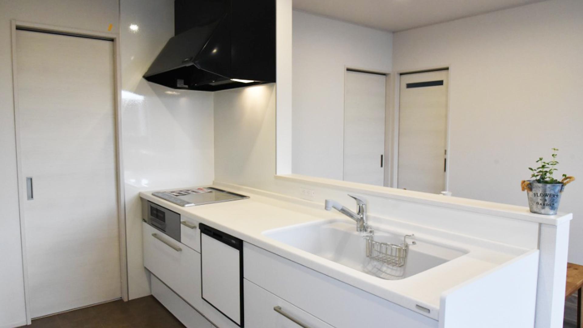 真っ白な綺麗なキッチンの画像