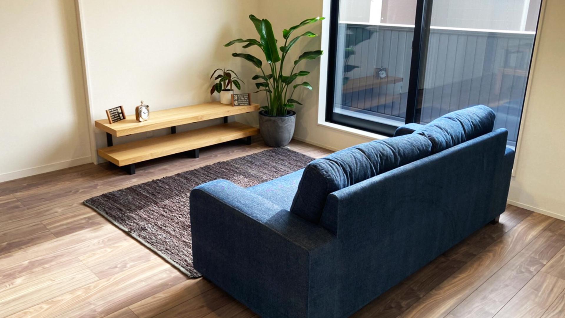 デニムのソファをガレージのあるお家に合わせる画像
