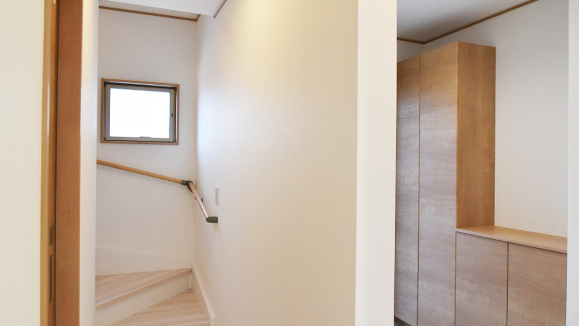 浜松市の不動産会社、株式会社リンクの作る一軒家の玄関と階段の画像