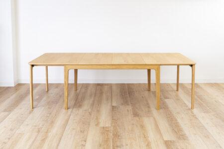 少人数でも大人数でも使うことが出来るエクステンションテーブル。女性でも簡単に伸長可能