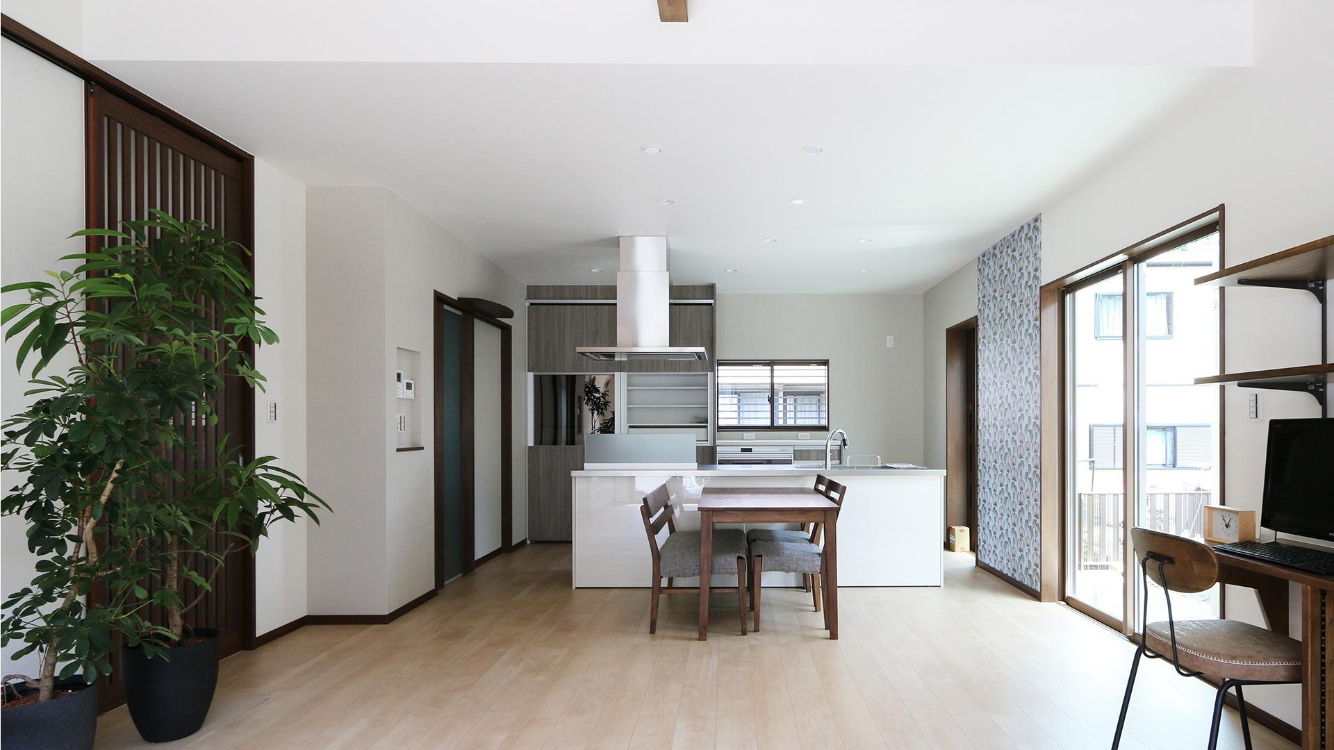 柴田建築企画の平屋住宅。広々した空間に置かれたダイニングセットの画像。