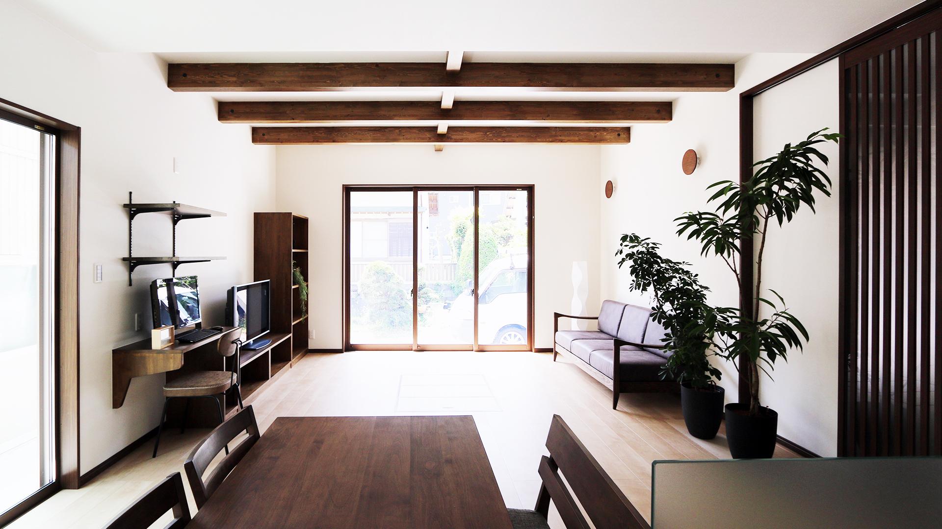 湖西市の柴田建築企画の平屋画像。ブラウンが基調のリビング全体の画像。
