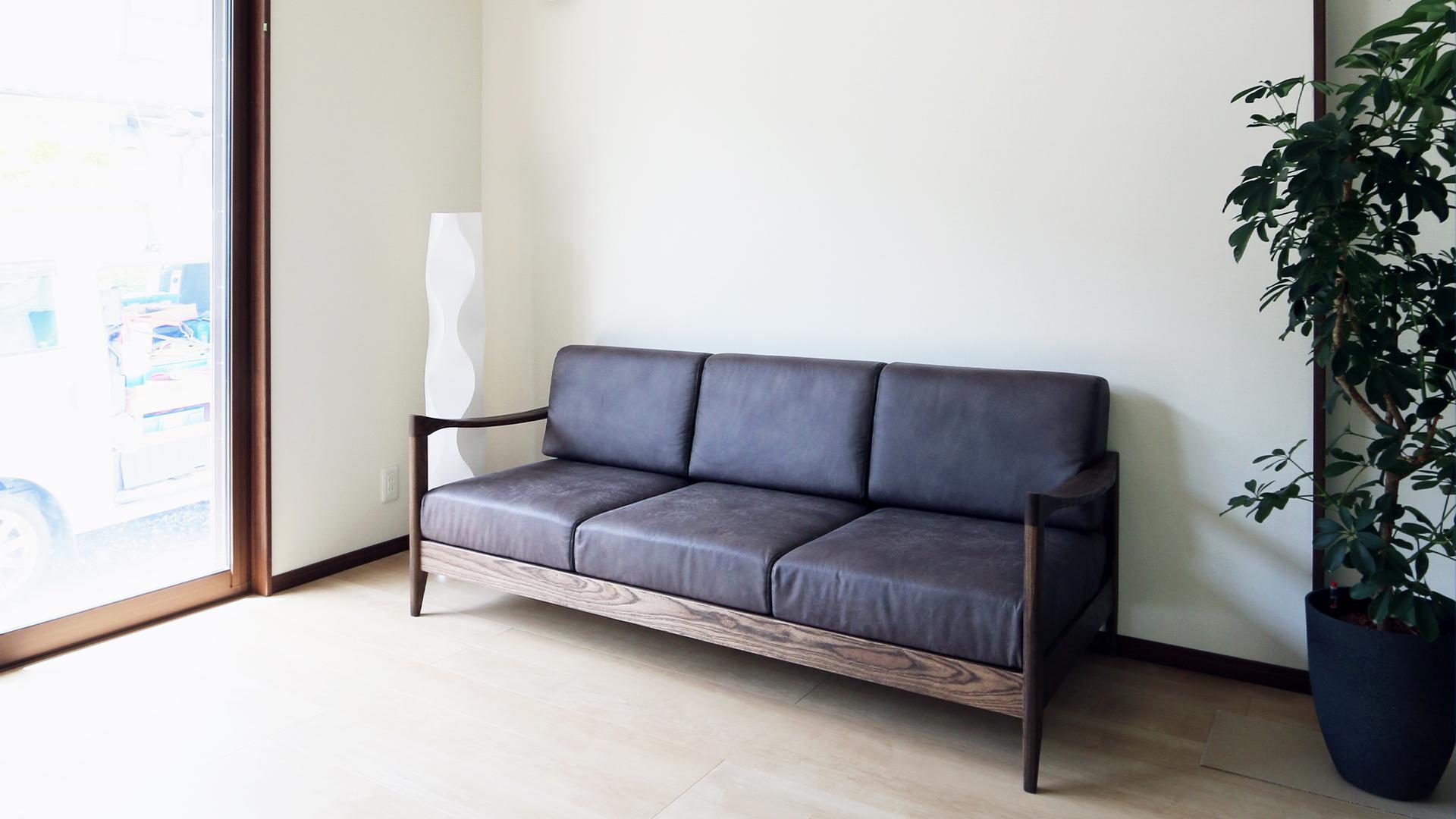 湖西市の建築会社。柴田建築企画が手掛ける平屋のお家。スタイリッシュな木肘が特徴のソファ。