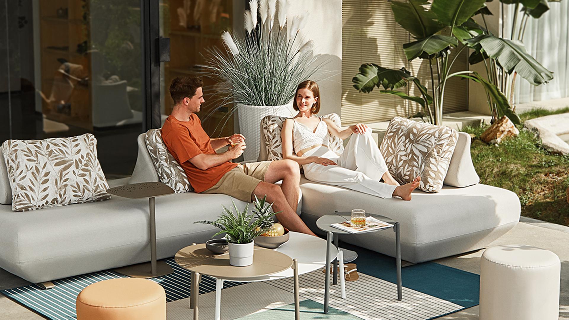 アウトドアインテリアのソファの画像。屋内外で使用できる完全防水のソファ。