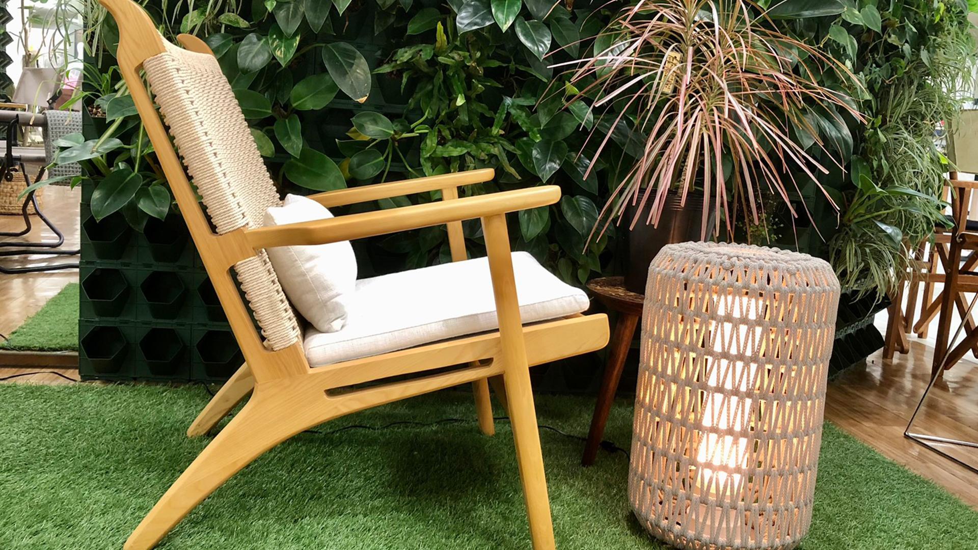 リラックスできるラウンジチェアの横からの画像。観葉植物と屋外で使用できるライトの画像。