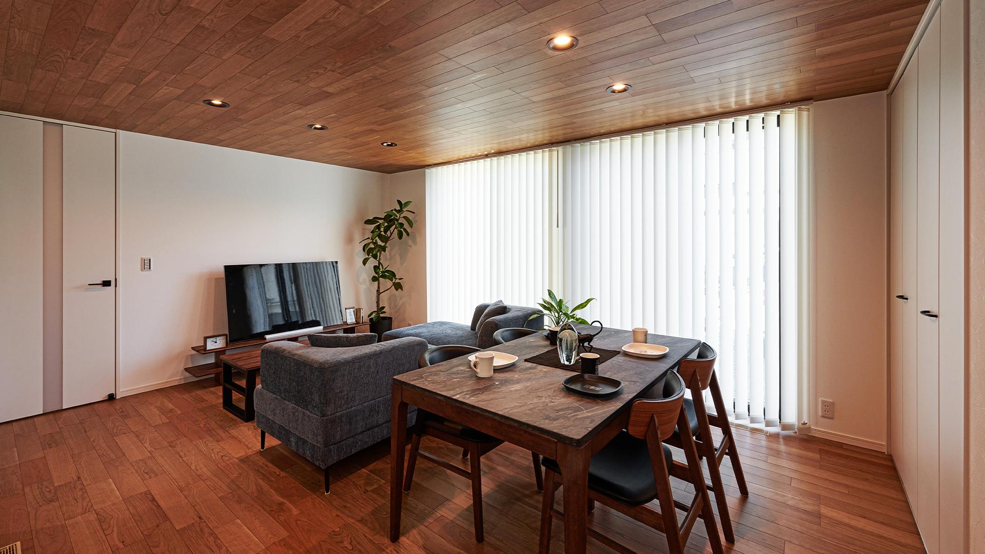 ウォールナットの床と天井が特徴の広々リビング